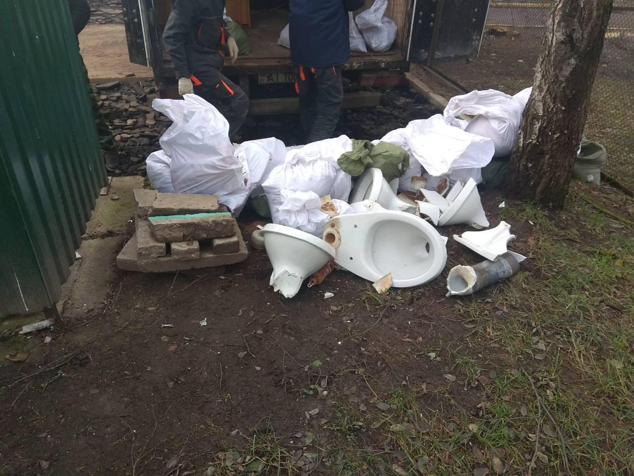 куча мусора лежит на земле